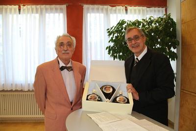 Überreichung Geburtstagspräsent an Alfred Mahn durch Dr. Michael Rückert